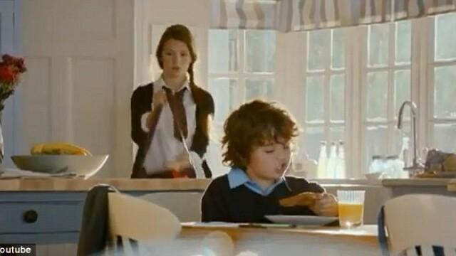 Reclama care a scandalizat Marea Britanie. Cum apare o eleva de 18 ani in acest videoclip. VIDEO - Imaginea 1
