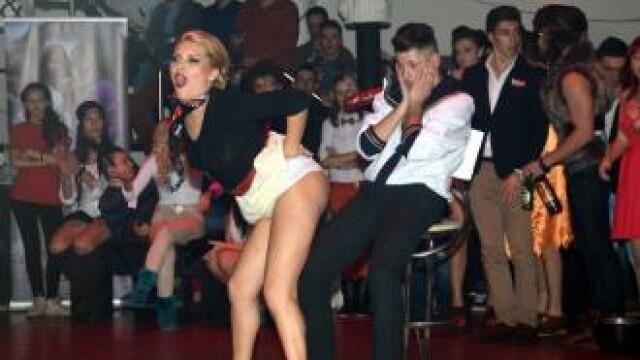 Balul Bobocilor cu scene de sex si probe erotice. Cum s-a petrecut intr-un club din Oradea. VIDEO
