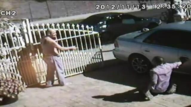 VIDEO. Momentul in care un hot il roaga pe barbatul pe care l-a jefuit sa il lasa sa plece in viata