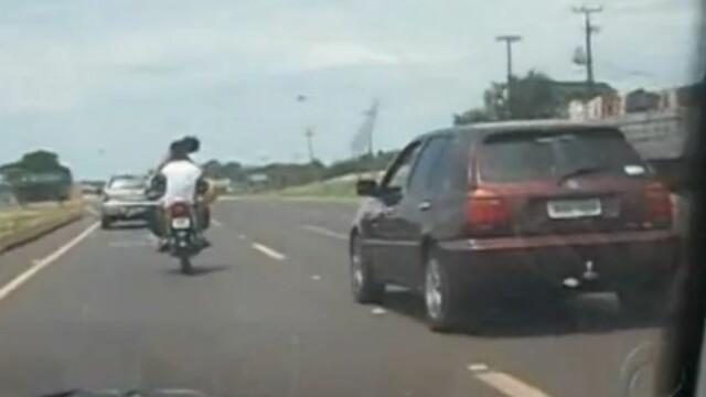Cuplu din Brazilia, filmat in timp ce se saruta pe o motocicleta care merge cu 80km/h. VIDEO
