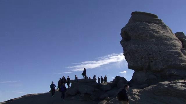 Zi speciala in Bucegi. Turistii au mers la Sfinx in ziua in care sunt convinsi ca stanca isi schimba infatisarea