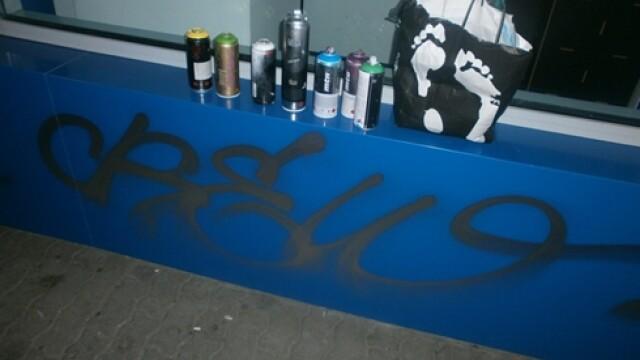Tanar amendat de politisti dupa ce a fost prins ca mazgalea cu graffiti peretele unei farmacii