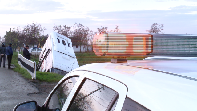 Accident in Timis. Noua persoane sunt ranite dupa ce un autobuz s-a rasturnat intr-un sant - Imaginea 1