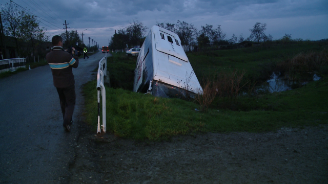 Accident in Timis. Noua persoane sunt ranite dupa ce un autobuz s-a rasturnat intr-un sant - Imaginea 2