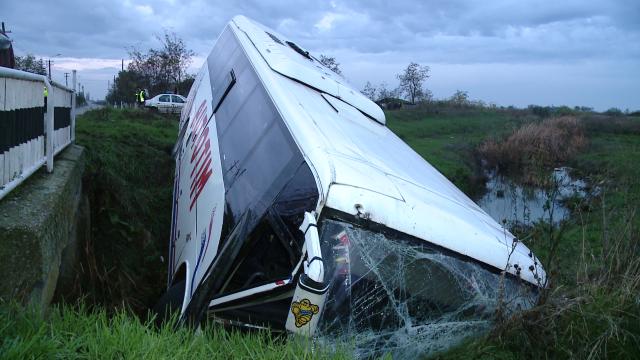 Accident in Timis. Noua persoane sunt ranite dupa ce un autobuz s-a rasturnat intr-un sant - Imaginea 4