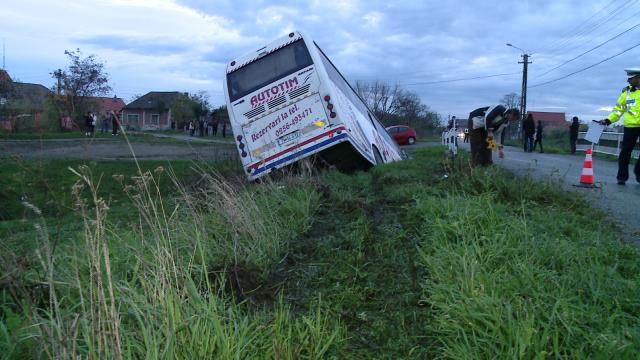 Accident in Timis. Noua persoane sunt ranite dupa ce un autobuz s-a rasturnat intr-un sant - Imaginea 6