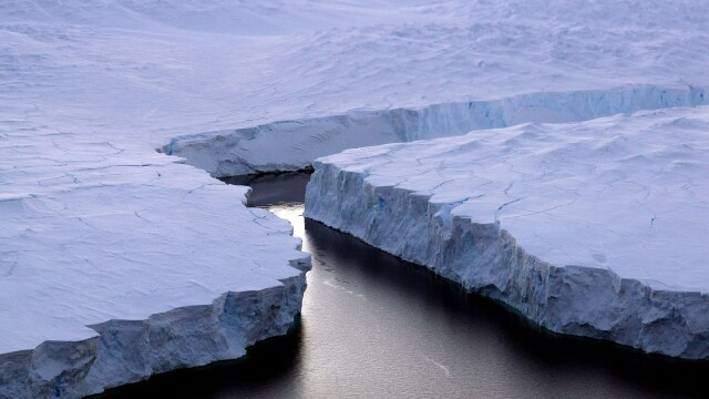 Un aisberg gigant, cat insula Singapore, s-a desprins din Antarctica si pune in pericol navele