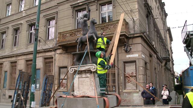 A doua oara a fost cu noroc! Statuia Sfantului Gheorghe a fost mutata. VIDEO cu intreaga operatiune