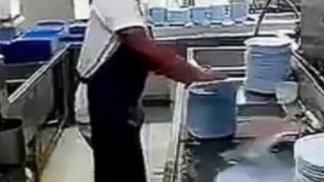 Barbatul din China care reuseste sa spele 50 de farfurii in numai 10 secunde