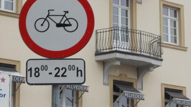 Interzis sau nu? Semnele de circulatie inca restrictioneaza accesul biciclistilor in Piata Victoriei - Imaginea 1
