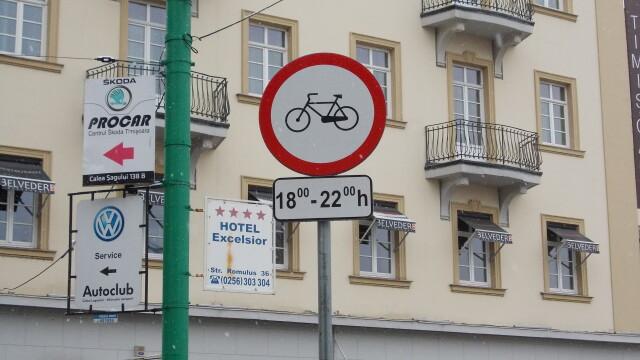 Interzis sau nu? Semnele de circulatie inca restrictioneaza accesul biciclistilor in Piata Victoriei - Imaginea 2