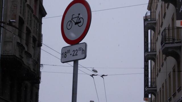 Interzis sau nu? Semnele de circulatie inca restrictioneaza accesul biciclistilor in Piata Victoriei - Imaginea 3