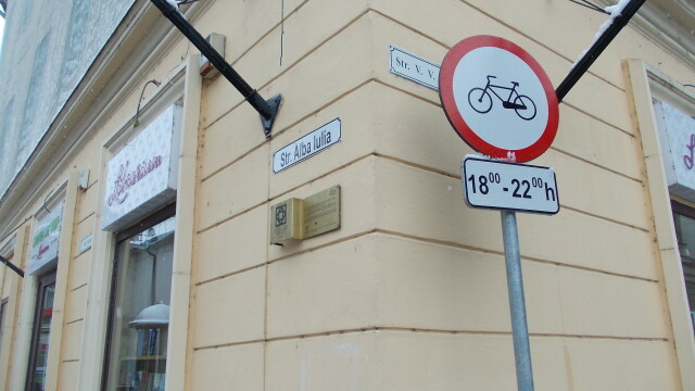 Interzis sau nu? Semnele de circulatie inca restrictioneaza accesul biciclistilor in Piata Victoriei - Imaginea 4