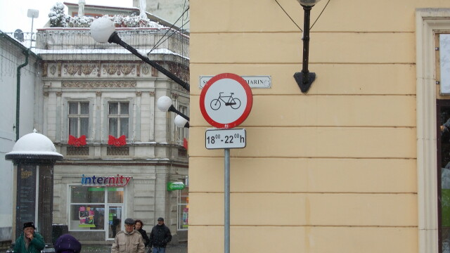 Interzis sau nu? Semnele de circulatie inca restrictioneaza accesul biciclistilor in Piata Victoriei - Imaginea 5