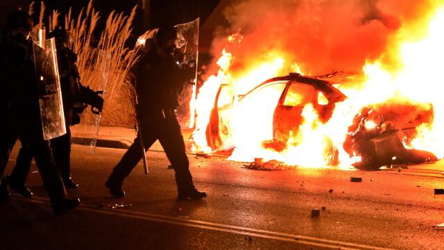 Scene apocaliptice in orasul american Ferguson. Masini distruse, magazine jefuite, case arse. GALERIE FOTO SI VIDEO - Imaginea 1