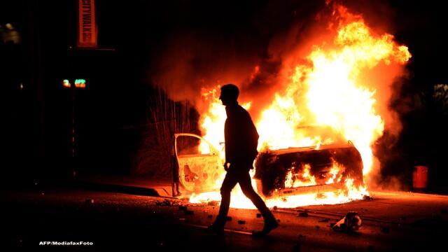 Scene apocaliptice in orasul american Ferguson. Masini distruse, magazine jefuite, case arse. GALERIE FOTO SI VIDEO - Imaginea 2