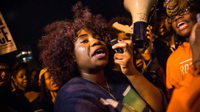 Scene apocaliptice in orasul american Ferguson. Masini distruse, magazine jefuite, case arse. GALERIE FOTO SI VIDEO - Imaginea 4