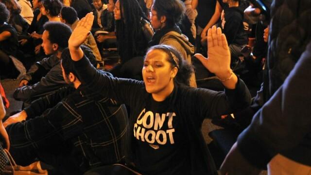 Scene apocaliptice in orasul american Ferguson. Masini distruse, magazine jefuite, case arse. GALERIE FOTO SI VIDEO - Imaginea 7