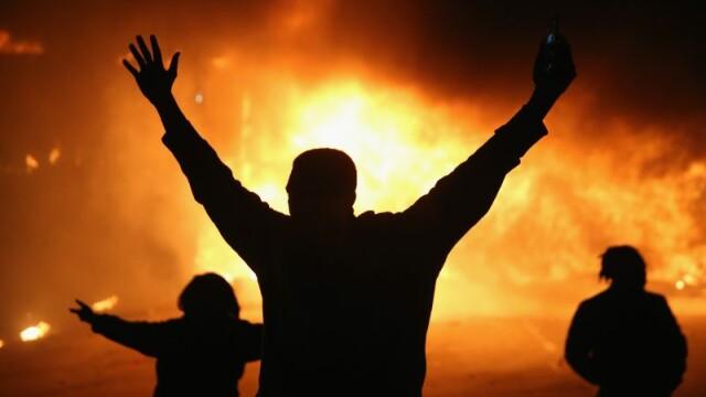 Scene apocaliptice in orasul american Ferguson. Masini distruse, magazine jefuite, case arse. GALERIE FOTO SI VIDEO - Imaginea 9
