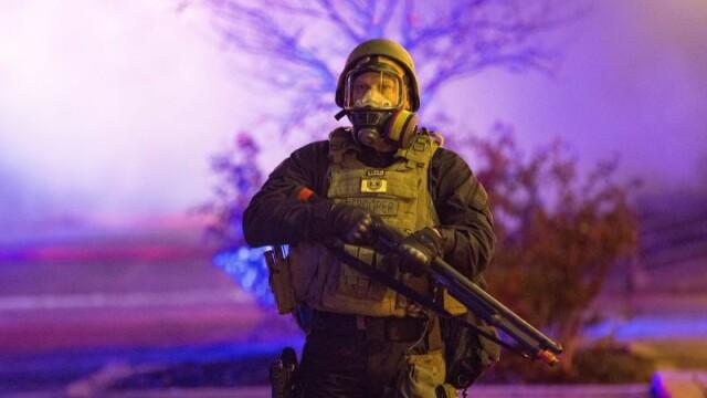 Scene apocaliptice in orasul american Ferguson. Masini distruse, magazine jefuite, case arse. GALERIE FOTO SI VIDEO - Imaginea 11
