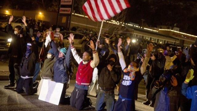 Scene apocaliptice in orasul american Ferguson. Masini distruse, magazine jefuite, case arse. GALERIE FOTO SI VIDEO - Imaginea 12