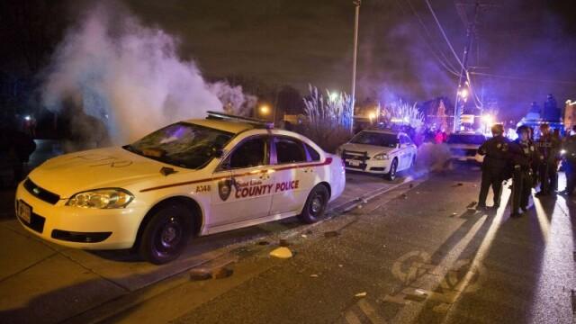 Scene apocaliptice in orasul american Ferguson. Masini distruse, magazine jefuite, case arse. GALERIE FOTO SI VIDEO - Imaginea 13