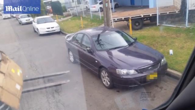 Ce a patit un australian care si-a parcat masina intr-un loc interzis. O echipa de muncitori a avut grija sa-i dea o lectie