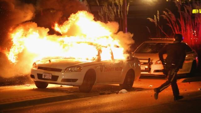 Scene apocaliptice in orasul american Ferguson. Masini distruse, magazine jefuite, case arse. GALERIE FOTO SI VIDEO - Imaginea 14
