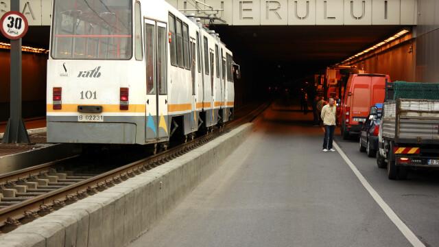 Circulatie blocata in Capitala. Un metrou s-a defectat la statia Tineretului si un accident a blocat tramvaiele in Militari