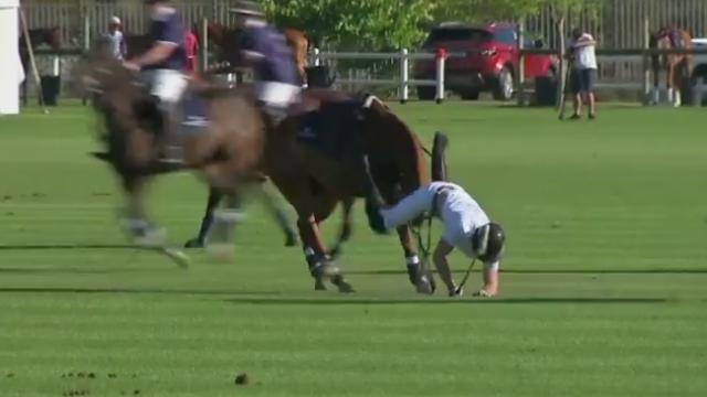 Printul Harry a cazut de doua ori de pe cal in timpul unui meci caritabil de polo, in Africa de Sud. Cum a terminat partida