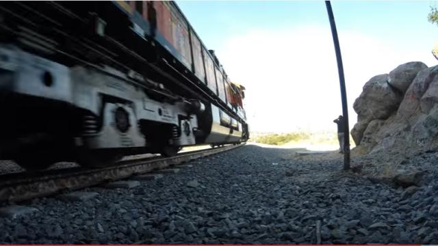 Patru barbati explorau un tunel feroviar, cand au avut parte de socul vietii lor. Ce au patit cand au ajuns la final. VIDEO