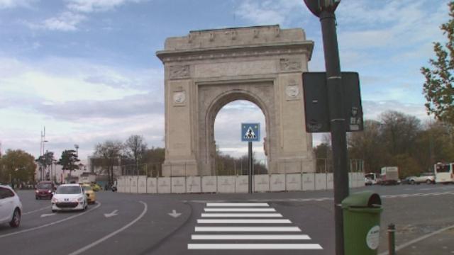 Construit acum un secol in 2 ani, dar reconsolidat in 3. Autoritatile promit sa deschida Arcul de Triumf de Ziua Nationala