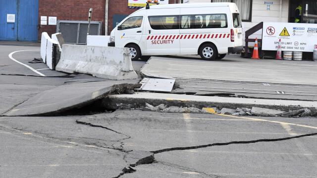 O sosea s-a fisurat, in urma cutremurului puternic de 7,8 care a lovit Noua Zeelanda, duminica
