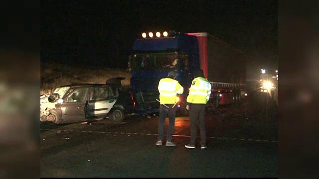 Accident grav la Buzau, unde un sofer a intrat cu autoturismul sub TIR. Un mort si un ranit grav dupa accident
