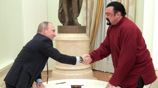Vladimir Putin i-a dat pasaportul rusesc actorului american Steven Seagal. Mesajul transmis de liderul de la Kremlin. VIDEO