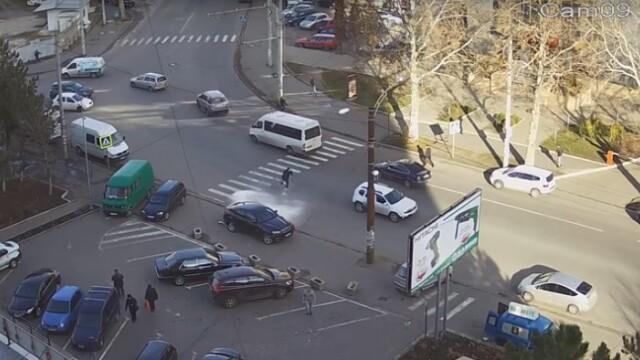 Un barbat din Moldova a trecut milimetric pe langa moarte, pe trecerea de pietoni. Totul a fost filmat