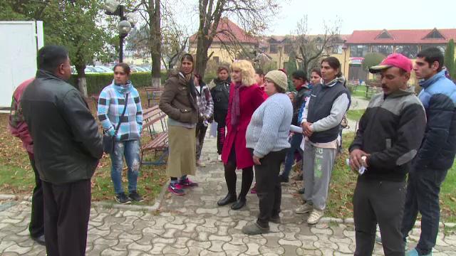 """Târg de locuri de muncă pentru romi, în Argeș: """"Nu știu ce scrie în CV-ul meu, că nu știu carte"""""""