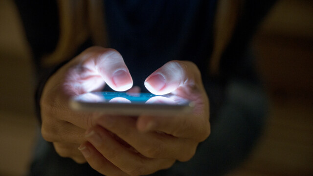 femeie cu telefonul in mana