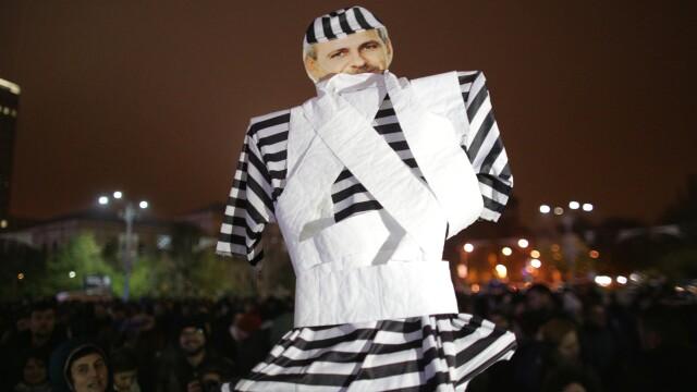 """Protest față de """"revoluția fiscală"""". Oamenii au aruncat cu hârtie igienică spre Guvern"""