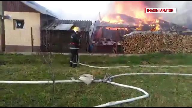 O femeie din Dâmbovița a râmas fără casă, după ce s-au aprins furajele din pod