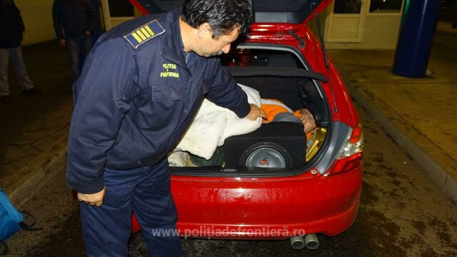 Tânăr afgan găsit printre haine, în portbagajul unei maşini care intra în România