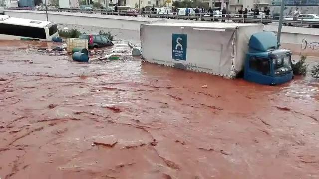 Inundații masive în apropiere de Atena.Tsipras a declarat doliu național: cel puțin 15 morți