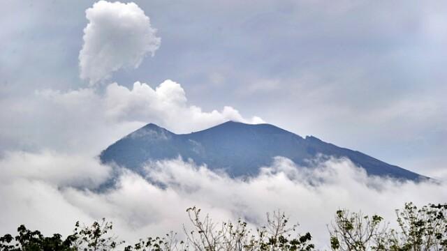 """Fum negru de cenușă deasupra vulcanul din Bali, la două luni după """"o activitate intensă"""""""