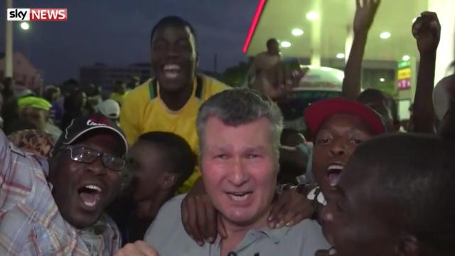 Corespondent Sky News, luat cu asalt de mulțimea care sărbătorea în stradă demisia lui Robert Mugabe