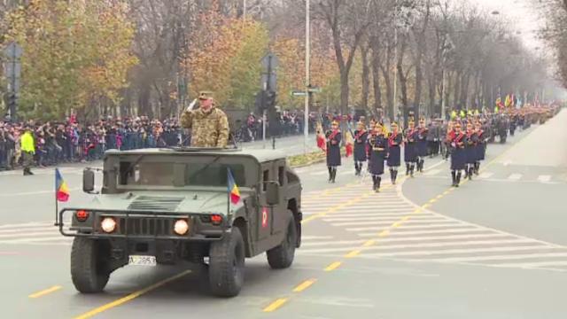Repetiție pentru parada de 1 decembrie. Mii de militari au defilat pe sub Arcul de Triumf