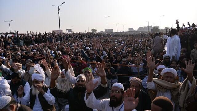 Mii de persoane protestează violent pe străzile Pakistanului: sute de răniți