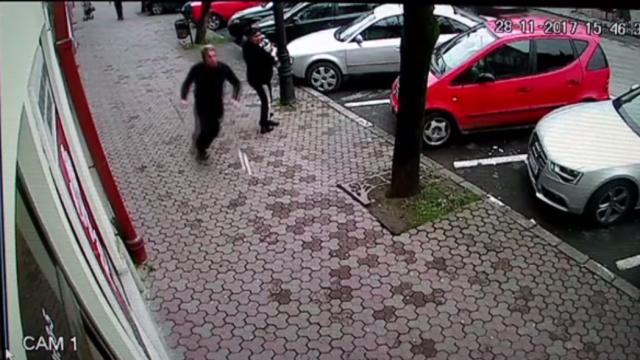 Bătaie din cauza unei parcări greșite, în Bistrița. Polițiștii au întocmit dosar penal