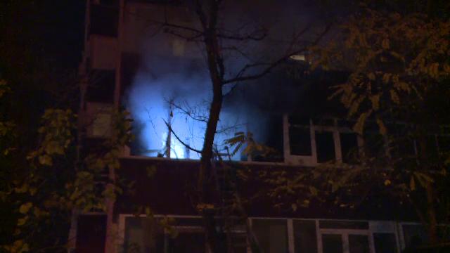 Incendiu într-un bloc din Capitală. 50 de locatari, evacuați, trei persoane duse la spital