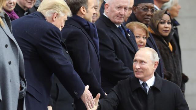 Vladimir Putin şi Donald Trump şi-au dat mâna la Arcul de Triumf. Gestul liderului rus. VIDEO