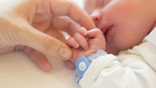 Un bebeluș de 11 luni a murit din cauza unei îngrijitoare care se uita la televizor